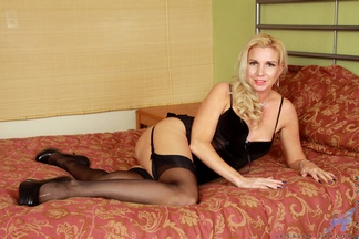 Horny MILF amateur Jessica Taylor loves getting off for the camera at anilos.com