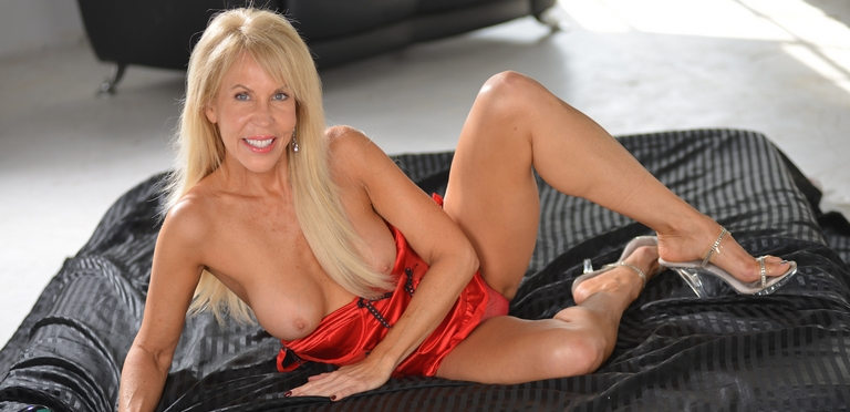 Gorgeous cougar Erica Lauren is a horny vixen